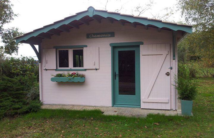 Abri de jardin lames horizontales bois et tuiles for Abris de jardin reglementation 2016