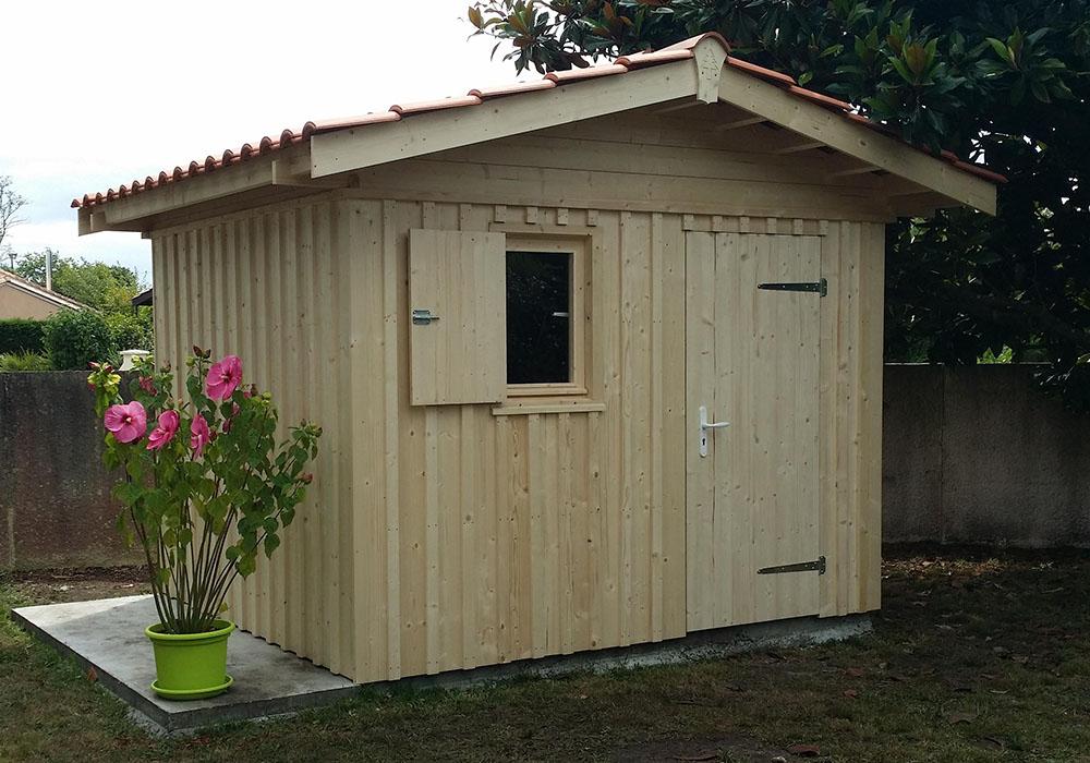 Abri de jardin en bardage verticale bois et tuiles méridionales