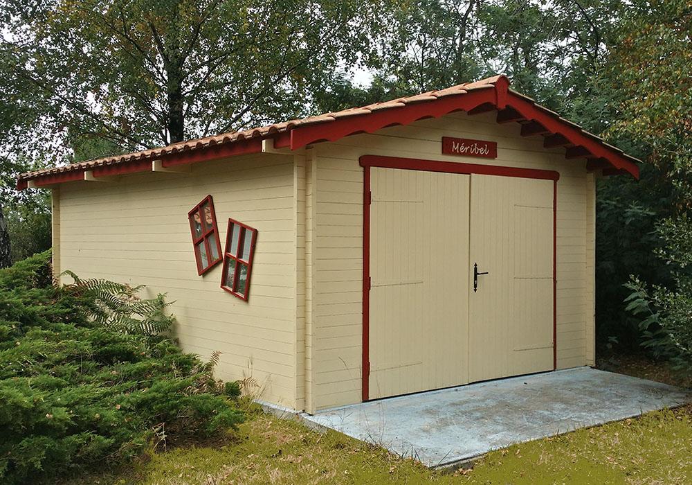 Abri de jardin lames horizontales bois et tuiles for Abri bois 20m2