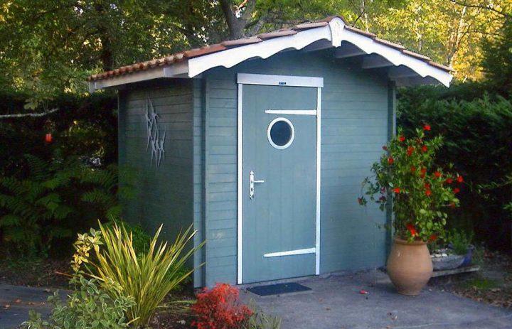Abri de jardin lames horizontales bois et tuiles for Reglementation abris de jardin