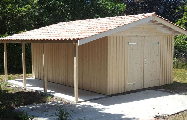 Modèle LACANAU<br/> Façade 3,60<br/> Profondeur 5,16<br/> Porte de garage inclue<br/> Présenté avec option : auvent latéral 1,40